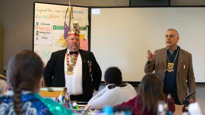 Vorst Noël den eerste en Opperteut Rik geven les in 'Haméter dialect'