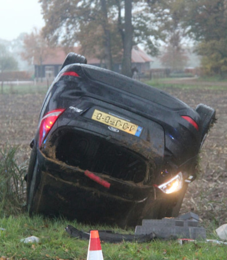 Auto vliegt over de kop in Enter: vrouw naar ziekenhuis