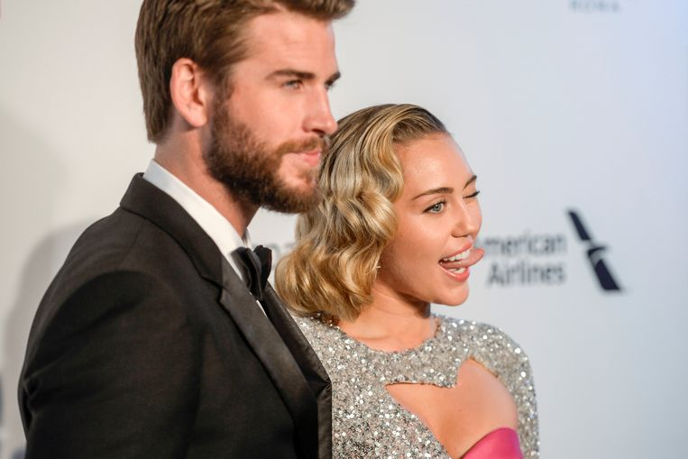 Miley Cyrus en Liam Hemsworth zijn samen met zijn familie op reis.
