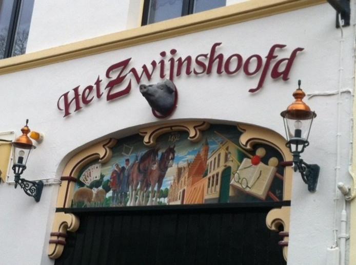 Entree van café 't Zwijnshoofd in de Moeregrebstraat in Bergen op Zoom. Het café werd gebouwd in 1880, uitgebreid in 1964 met het voormalige woonhuis van de oma van eigenaresse Ria Denissen. In 2008 werd een vestzaktheater achter het café gebouwd, te bereiken via de poort.