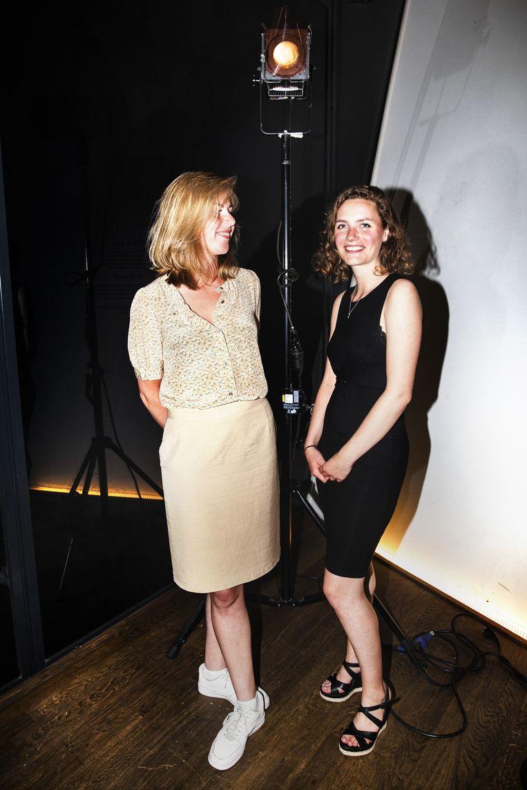 Marit Weerheijm (23, rechts) en Saar Ponsioen (24) regisseur en scenarist van Grijs is ook een kleur. Beeld Aurélie Geurts