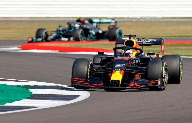 Max Verstappen aan de leiding voor de Mercedes-coureur Bottas. Beeld AFP