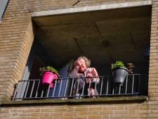 Jarige Anneke (88) mag niet naar buiten, zonen fiksen hoogwerker voor verjaardag: 'Dan maar zo moeders'