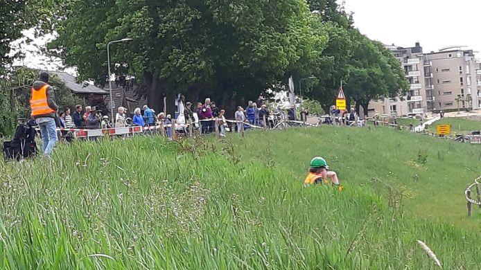 Veel belangstelling voor inhijsen fietsbrug tussen Cuijk en Mook.