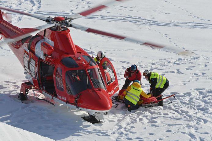Tommy Ford wordt geëvacueerd met een helikopter.