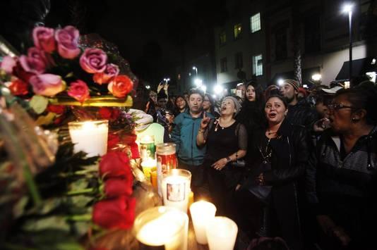 Fans leggen bloemen neer op Plaza Garibaldi in Mexico en zingen.