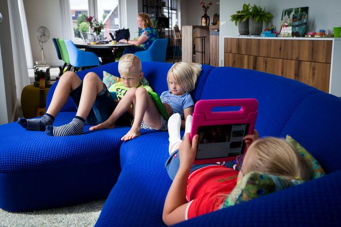 De kinderen van Linda Bosscher (Lucas, Valerie en Florien, vlnr) met hun iPad's.