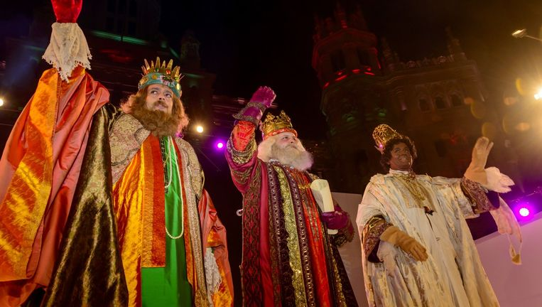 Traditionele Driekoningen-optocht in Madrid. In januari is een van de twee witte koningen vrouw. Beeld null
