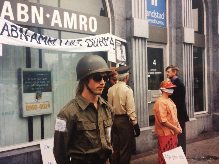 Actie tegen beurs-genoteerde bedrijven die actief waren in het door een omstreden militair bewind geleide Birma (1997). Beeld XminY