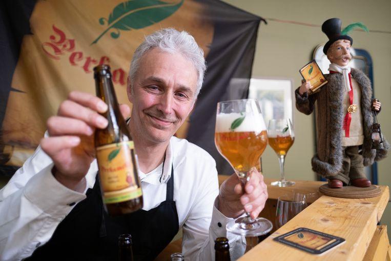Eddy Leyssens van brouwerij Het Perkament met zijn 'Lierse' Tripel.