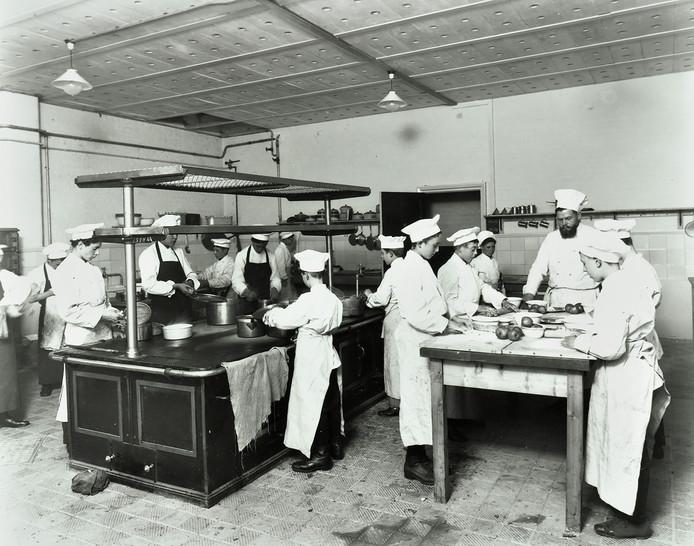 Foto's uit kookboek 'De kookschool van oom Iwan', Iwan Kriens (met baard) instrueert koks in opleiding