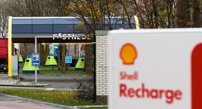Een snellaadstation van Shell en FastNed bij een tankstation langs snelweg A12.