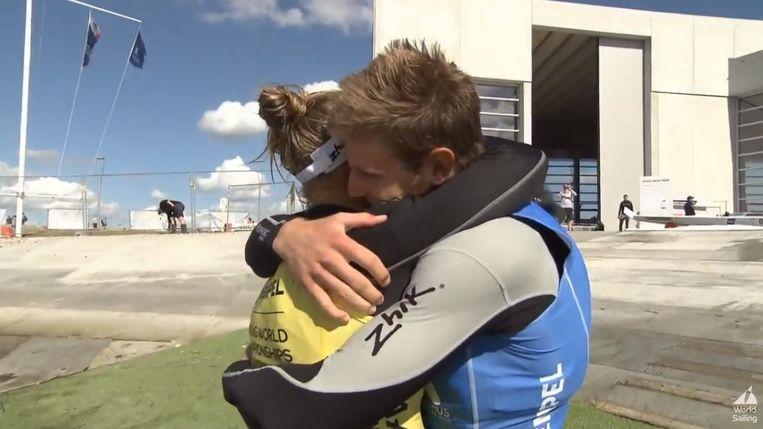 Emma Plasschaert valt haar vriend Matthew Wearn in de armen.