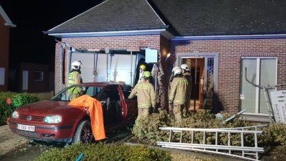 """19-jarige bestuurder boort auto door gevel van huis: """"Luide knal en toen viel het licht uit"""""""