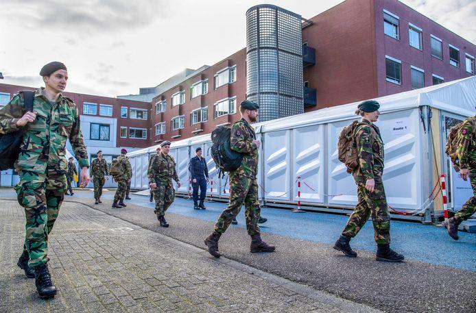 Defensiepersoneel dat eind maart bij het ziekenhuis in Ede, arriveert.
