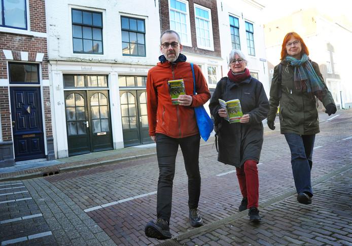 Hans Corbijn, Els van den Kerkhof en Aagje Feldbrugge (vlnr) - hier aan de wandel in Middelburg, stelden de wandelgids 'Zeeuwse Zwerftochten' samen.