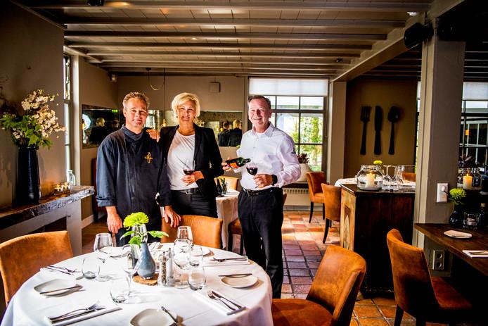 Gastheer Marcel Lagendijk, gastvrouw Els Rijkelijkhuizen en chef-kok Eric Douma (v.l.n.r.) van restaurant De Markies in Woerden.