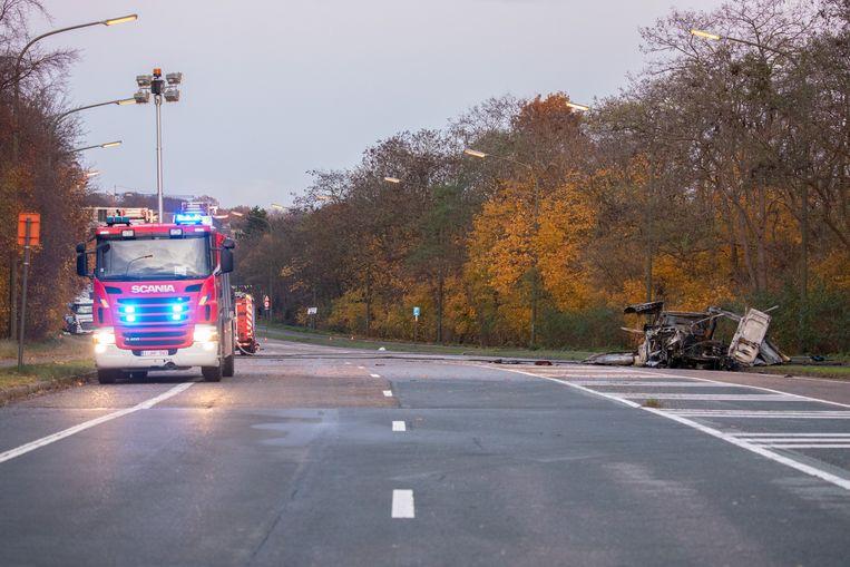 Brandweermannen blussen de ontplofte bestelwagen op de Transcontinentaalweg in Ekeren.
