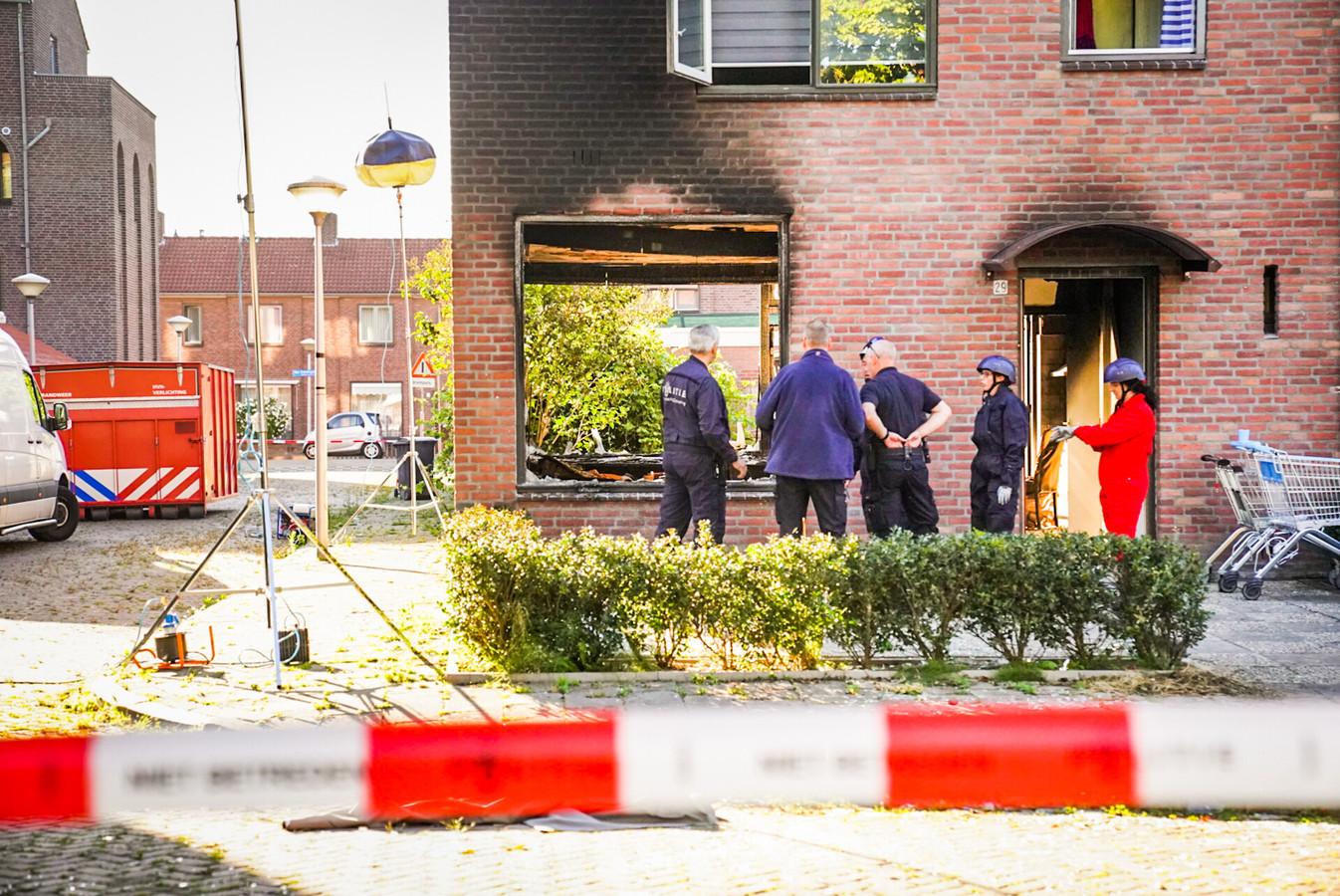 Dinsdagmorgen is de grote schade aan de woning te zien.