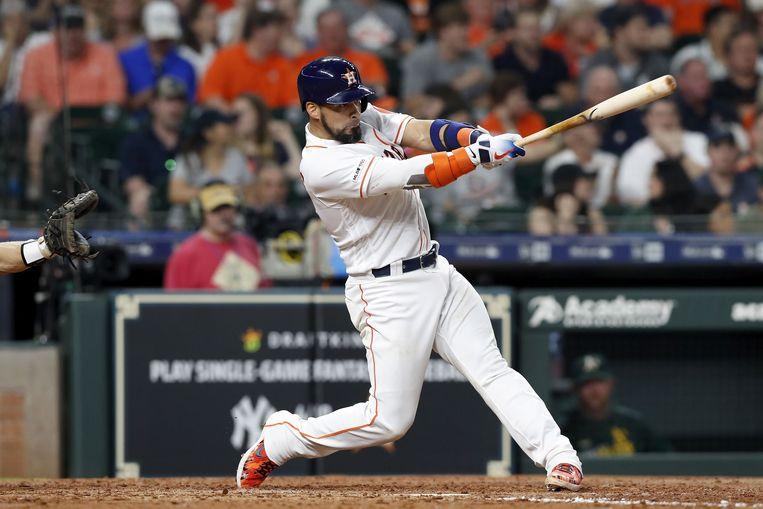 Robinson Chirinos van de Houston Astros slaat een homerun tegen de Oakland Athletics. Beeld AFP