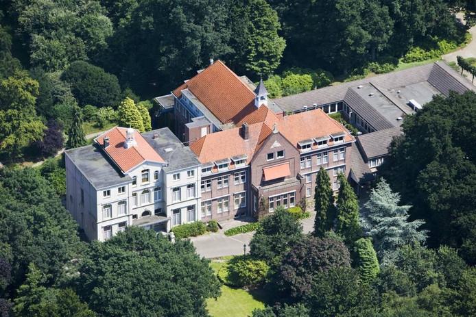 Een luchtfoto van het kloostercomplex aan de Seminarieweg in Bavel. Het gebouw staat te koop en als het op 8 oktober niet naar een andere eigenaar is overgegaan, wordt het op die dag geveild.