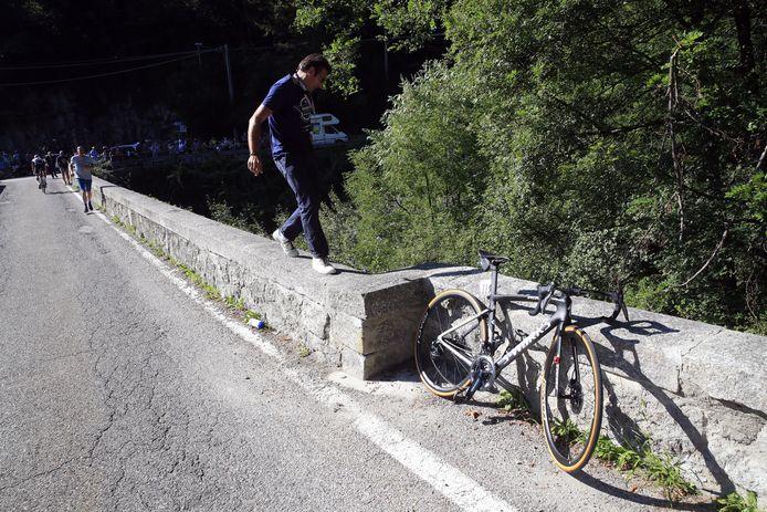 Davide Bramati op de plek waar Evenepoel ten val kwam.