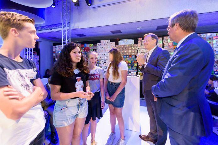 EINDHOVEN - Leerlingen van het Huygens Lyceum openen de Dutch Technology Week,  samen met directeuren Hans de Jong van Philips en Guido Dierick van NXP (tweede en eerste van rechts op de foto).  Ze activeerden een wand met zo'n 1000 geprogrammeerde kastjes die beeld en geluid weergeven.