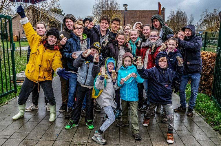 De scouts zijn bijzonder trots op de goede verkoop en de welwillendheid van de inwoners van Lauwe.      Foto Henk Deleu