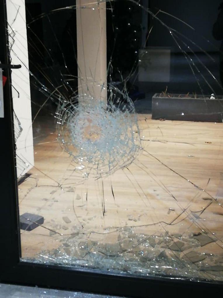 De inbrekers gooiden op minstens drie plaatsen ramen stuk.