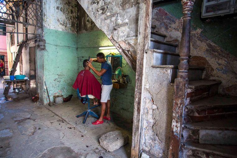 'Kleine ondernemers, zoals deze kapper, krijgen in het Cuba na Fidel meer kansen een bescheiden bedrijf op te zetten.' Beeld ap