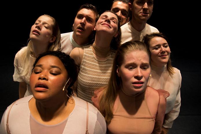 Acht jonge acteurs verbeelden Europa. Foto Eva Roefs.