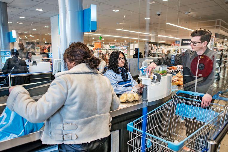 Mensen doen hun boodschappen bij de Albert Heijn. Beeld Guus Dubbelman / de Volkskrant