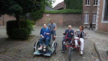 Rusthuisbewoners testen stad met rollator, scootmobiel en rolstoelfiets