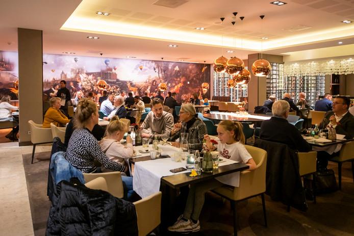 Bij Van der Valk wordt nog steeds gegeten door jong en oud, zakelijk en familiair.