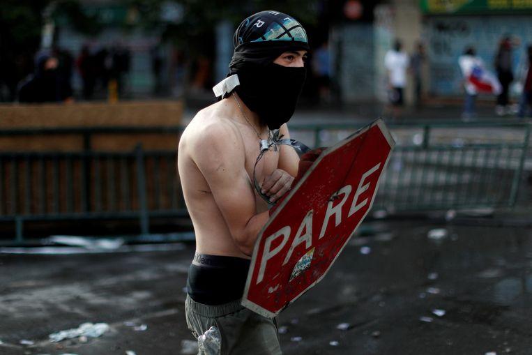 Een demonstrant tijdens de protesten in Chili.