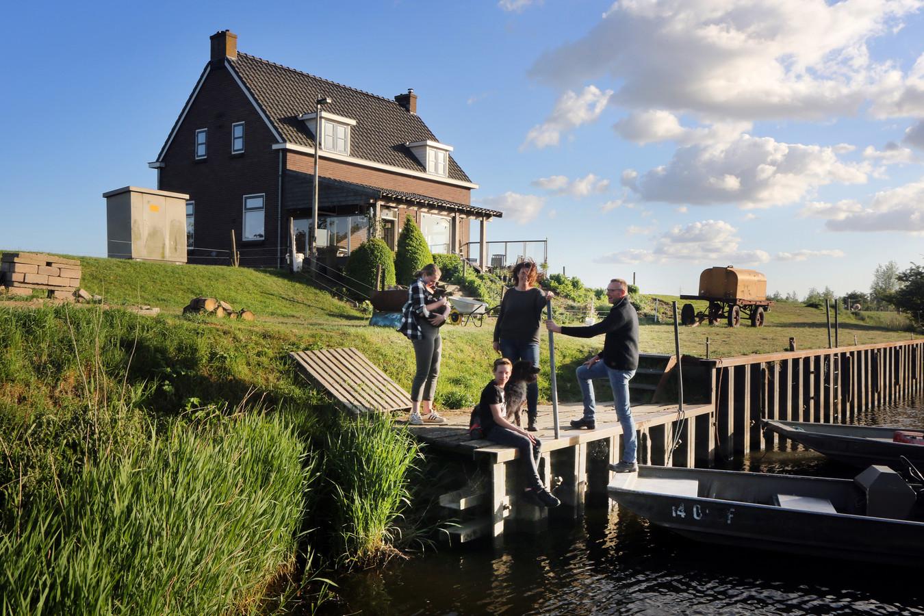 Familie van Bergeijk woont midden in de Biesbosch. Vader Ad, moeder Merie en de kinderen Nova (18) en Adam (15). Buitenleven!