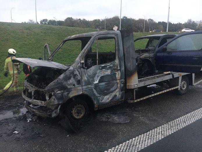 De takelwagen en opgeladen Renault Clio raakten zwaar beschadigd.