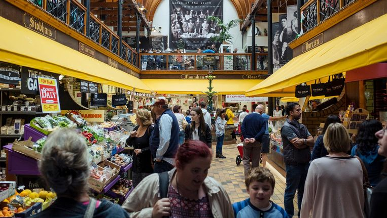 De English Market, met bovenin The Farmgate Café, waar David Mitchell graag mag lunchen. Beeld Dim Balsem