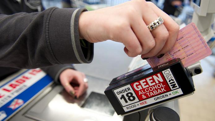 Veel supermarkten gebruiken een ID-scanner om de leeftijd van klanten te controleren.