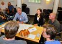Gedeputeerde Anne Marie Spierings ontmoet Nuenense jongeren over de beoogde herindeling met gemeente Eindhoven.