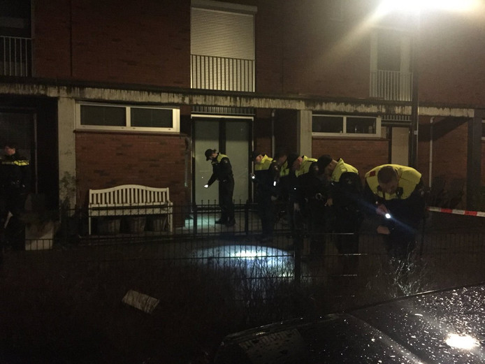 De politie doet onderzoek in voortuinen aan de Constantijn Huygenstraat in Capelle.