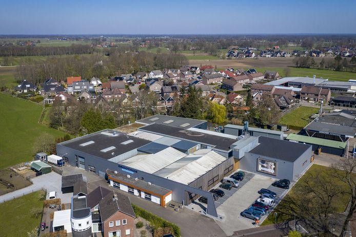Vanuit de lucht is pas goed te zien hoe kort de afstand is tussen Timmerfabriek Groothuis en de woningen in Mariaparochie.