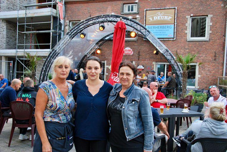 Tapsters in café 't Deurp: Rita, Chrissy en Anita.