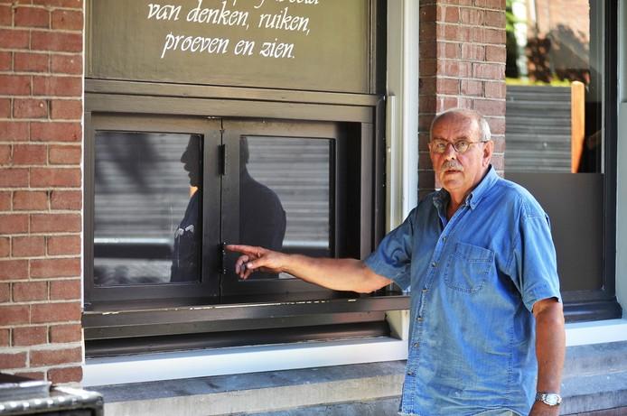 Hans Bregman toont de vingerafdrukken die door de recherche zijn gevonden op het loket van zijn restaurant De Oude Post.