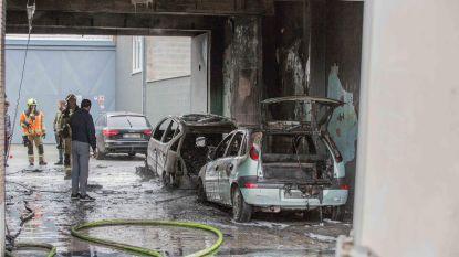 Twee wagens uitgebrand in garage
