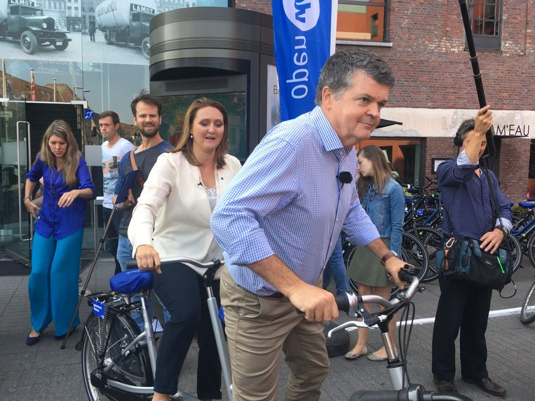 Partijvoorzitter Gwendolyn Rutten op de fiets samen met Mechels burgemeester Bart Somers. Zullen de liberalen in Vlaanderen mee kunnen profiteren van zijn populariteit?