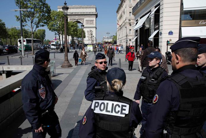 Politie op de Champs Elysées.