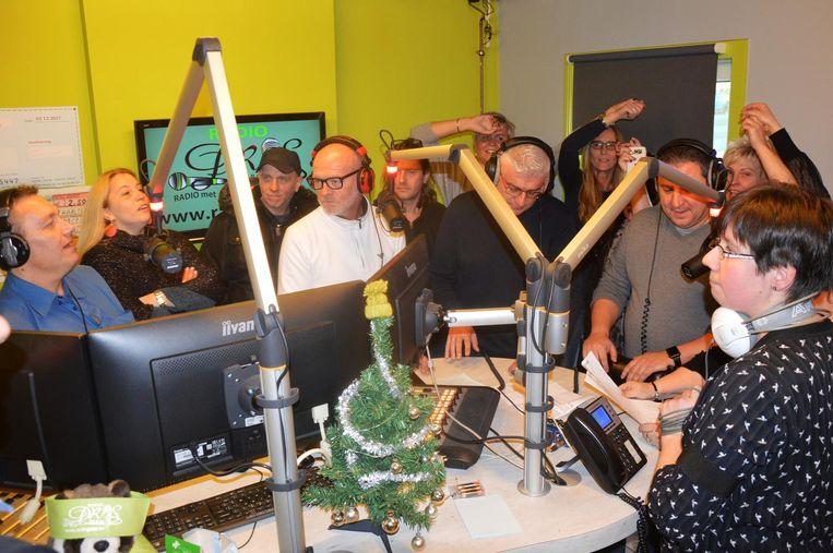 De ochtendshow, omgedoopt tot 'battleradio', werd afgesloten met het radio PROS-lied, gezongen door de medewerkers.