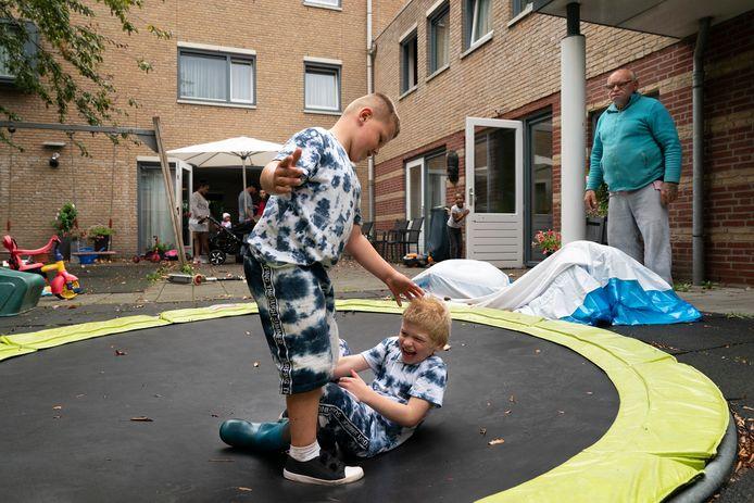 Jordinio (7) en Kiano (6, op bezoek bij vader Kees in de 24-uursopvang