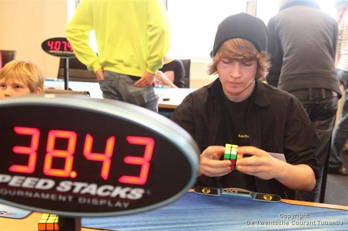 Een deelnemer in actie tijdens het Twente Open 2012 Rubik's Cube. Foto Robin Hilberink
